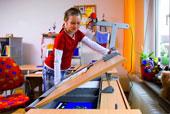 Школьница самостоятельно регулирует угол наклона столешницы стола Moll